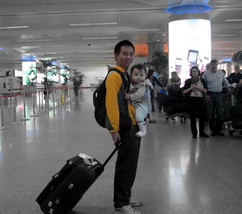 10月28日11时飞机在杭州萧山机场安全(晚点)降落止,他的机上玩耍